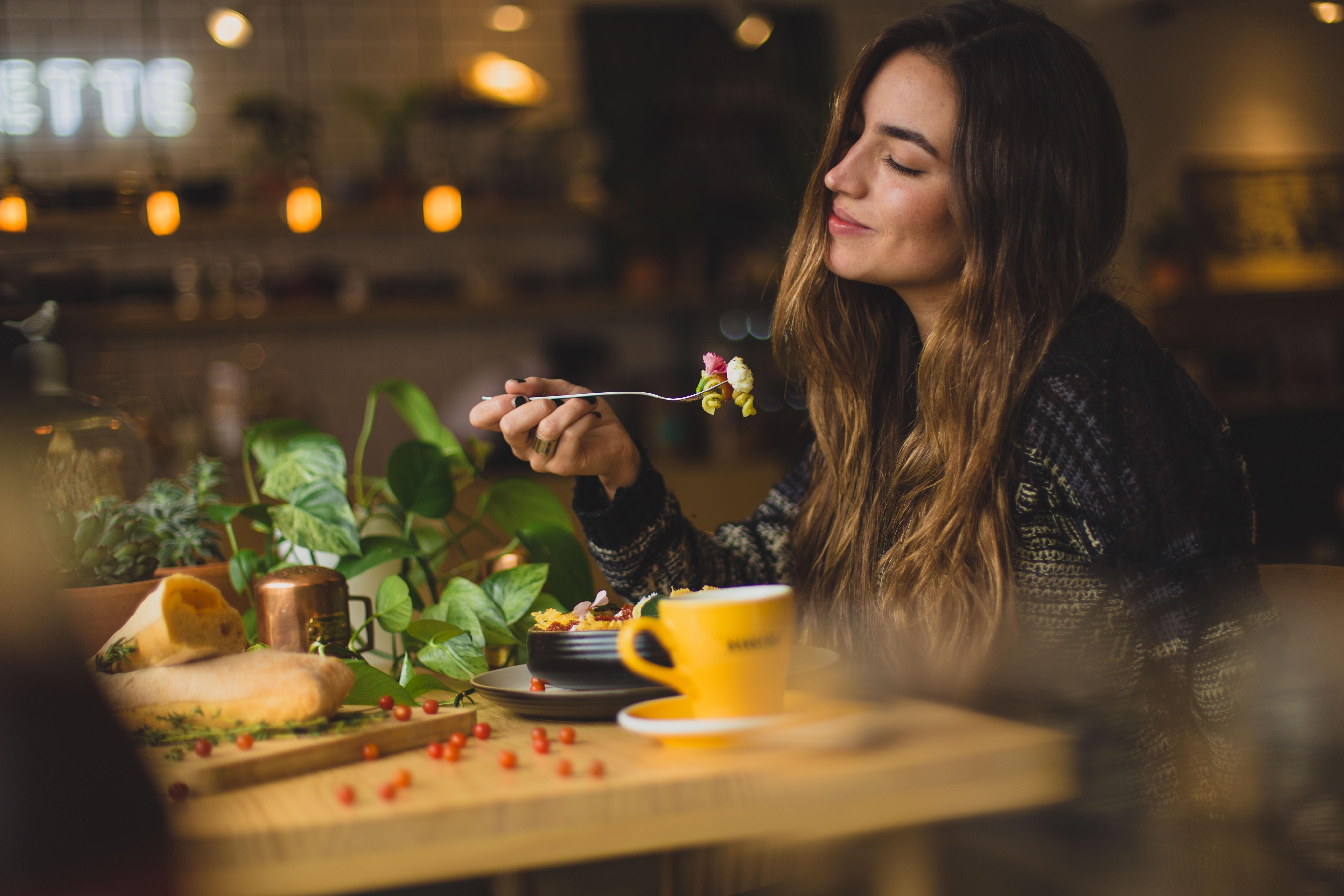 mulher-restaurante